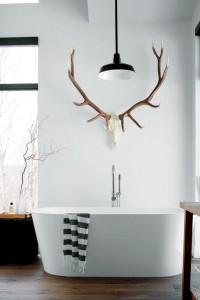 02-antler-towel-holder-gives-this-modern-bathroom-a-cabin-feel